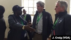L'ancien secrétaire d'Etat américain John Kerry et l'ancienne Première ministre du Sénégal Aminata Touré, co-leaders de la mission d'observation du Carter Center, Nairobi, Kenya, le 8 août 2017.