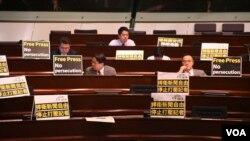 多名民主派議員在座位前放置抗議標語。(美國之音特約記者 湯惠芸拍攝 )