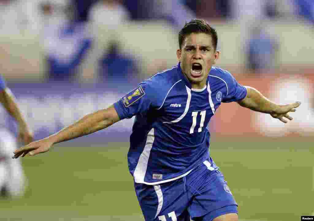 El delantero de El Salvador, Rodolfo Zelayan García celebrando su gol ante Trinidad y Tobago