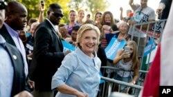 ຜູ້ສະໝັກແຂ່ງຂັນເປັນປະທານາທິບໍດີ ຈາກພັກເດໂມແຄຣັດ ທ່ານນາງ Hillary Clinton ໄດ້ເດີນທາງອອກມາ ຈາກງານຊຸມນຸມ ເພື່ອເປັນກຽດແກ່ແຮງງານ ປະຈຳປີ ຄັ້ງທີ 49 ຫຼັງການກ່າວຄຳປາໄສແລ້ວ ຢູ່ທີ່ ສວນແຄມນ້ຳ Illiniwek ໃນເມືອງ Hampton ລັດ Illinois, ວັນທີ 5 ກັນຍາ 2016.