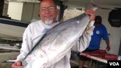 美國南加州漁民展示即將處理的金槍魚(鮪魚)(美國之音記者 國符拍攝)