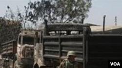 Seorang tentara Nigeria memeriksa bekas-bekas kerusuhan di kota Jos, ibukota Nigeria tengah.