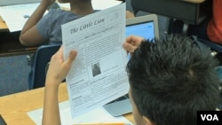 """Učenik osnovne škole """"Long Brenč"""" pregleda novi broj magazina """"Mali lav"""" u čijem pravljenju je učestvovao"""
