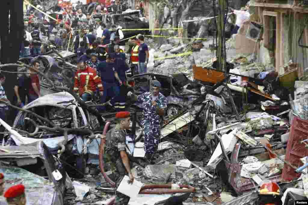 폭발 현장에서 수습작업을 진행중인 레바논 군인과 보안 요원들