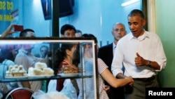 Anthony Bourdain tuiteó que la cena costó el equivalente a seis dólares y que él pagó la cuenta, no el presidente.