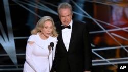 "Aktris Faye Dunaway (kiri) dan aktor Warren Beatty salah menyebut pemenang kategori film terbaik yaitu ""La La Land"", padahal semestinya yang menang adalah ""Moonlight"", di Hollywood, California, Minggu (26/2) malam."