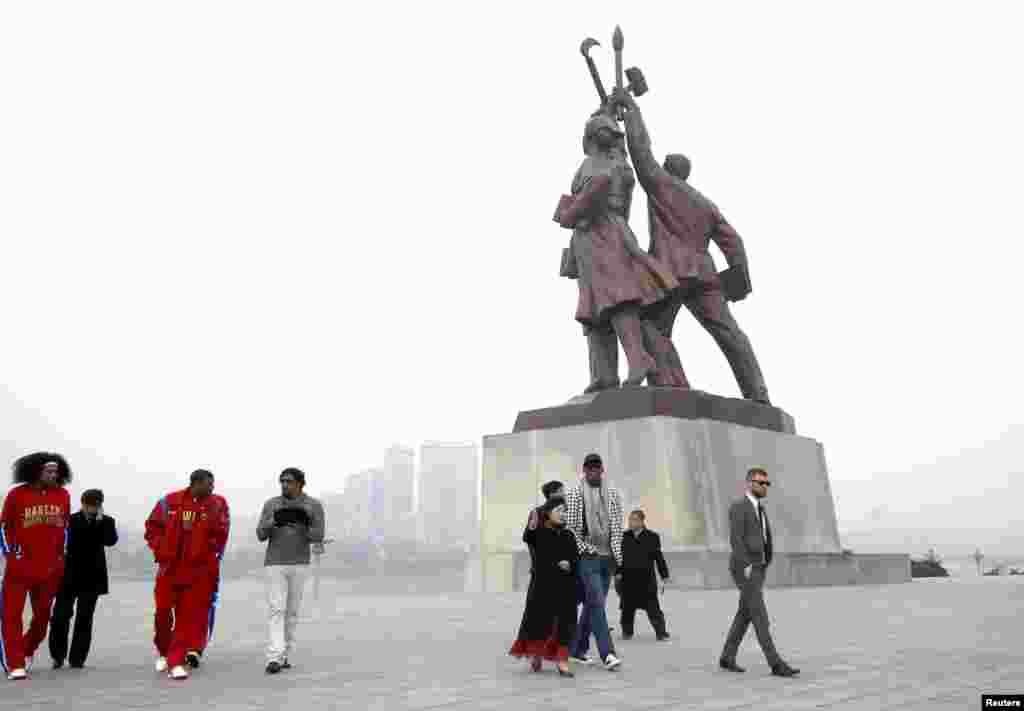 평양을 방문 중인 미국 NBA 데니스 로드먼 일행이 1일 주체사상탑을 방문했다. 조선중앙통신 보도.