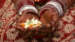 ভারতের আহমেদাবাদে হাতে মেহেন্দি পরা বিয়ের পাত্রী- ফাইল ফটো- এপি