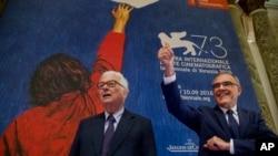 El presidente del festival, Paolo Baratta, izq. junto al director cinematográfico del Festival de Venecia, Alberto Barbera.