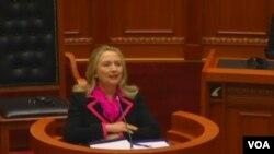Hillary Clinton u parlamentu Albanije