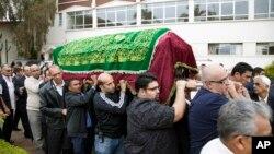 Thân và bạn bè khiêng quan tài của Salima Ayaz Merali, trong tang lễ của cô tại Nairobi, Kenya ngày 25/92/013. Cô Merali cùng con gái đã bị giết chết trong cuộc tấn công thương xá Westgate hôm thứ bảy.
