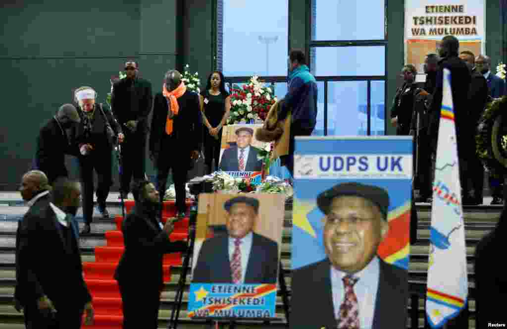 Des personnes endeuillées se réunissent pour rendre hommage à Etienne Tshisekedi lors d'une cérémonie à Bruxelles, à Belgique, le 5 février 2017.