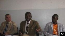 Dr. Mayala António ( ao centro). Coordenador doprograma deluta contra a malária em Malanje