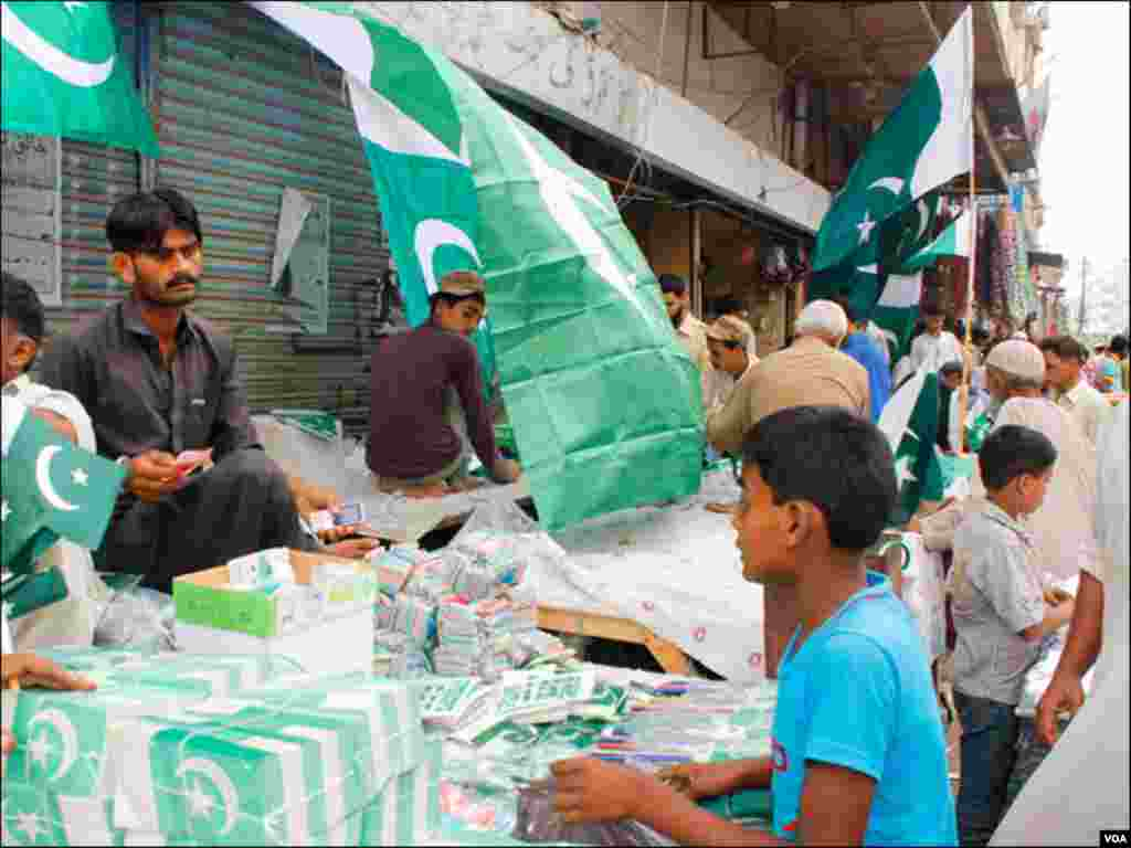 عید کے بعد شہری جشن آزادی منانے کیلئے بازاروں کا رخ کررہے ہیں، کوئی سبز پرچم خریدرہا ہے تو کوئی جھنڈیاں۔