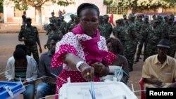 畿內亞比紹選民排長隊選舉新總統和議會議員。
