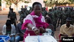 Seorang perempuan memberikan suaranya di TPS di Bissau, 13 April 2014.