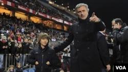 Pelatih José Mourinho (kanan) setuju memperpanjang kontrak dengan klub Real Madrid hingga alhir musim kompetisi 2015-2016.