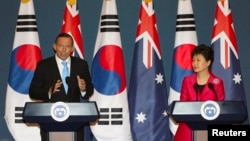 Australia's Prime Minister Tony Abbott (L) speaks next to his South Korean counterpart Park Geun-hye during a news conference at the presidential house in Seoul, April 8, 2014.