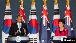 تونی ابوت، نخست وزیر استرالیا، (چپ) در کنار همتای کره جنوبی اش، خانم پارک گوئن-هيو، در کنفرانس خبری در کاخ ریاست جمهوری در سئول صحبت می کند – ۱۹ فروردين ۱۳۹۳ (۸ آوريل ۲۰۱۴)
