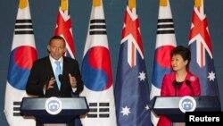 Thủ tướng Australia Tony Abbott và Tổng thống Nam Triều Tiên Park Geun-hye trong một cuộc họp báo chung tại dinh tổng thống ở Seoul, ngày 8/4/2014.