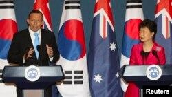 PM Australia Tony Abbott (kiri) dan Presiden Korsel Park Geun-hye memberikan keterangan pers pasca penandatanganan kesepakatan perdagangan bebas di Seoul, Selasa (8/4).