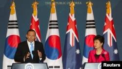 澳大利亚总理阿博特(左)和韩国总统朴瑾惠4月8日在首尔举行的记者会上