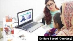 'صحت کہانی' سے منسلک ڈاکٹر بینش جو مریضوں کو آن لائن مشورے دیتی ہیں۔