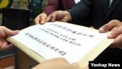지난해 6월 6.25 국군포로의 탈북2세들이 한국 국가인권위원회에 북한의 인권침해를 고발하고 탈북 국군포로와 가족에 대한 처우개선을 촉구하는 진정서를 제출하고 있다. (자료사진)
