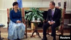 유엔총회 참석을 위해 뉴욕에 도착한 박근혜 한국 대통령(왼쪽)이 유엔 사무총장 관저에서 반기문 총장과 면담하고 있다.