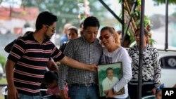 El 19 de marzo, el columnista Ricardo Monlui fue asesinado al salir de un restaurante con su esposa y su hijo en Yanga, Veracruz.