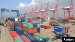 13일 중국 장쑤성 롄윈강 항에 컨테이너들이 쌓여있다.