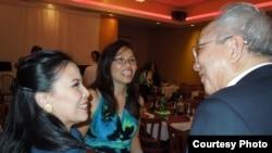 Đức cha Nguyễn Thái Hợp thăm hỏi giáo dân trong buổi đón tiếp ở San Jose ngày 18/5/2014.