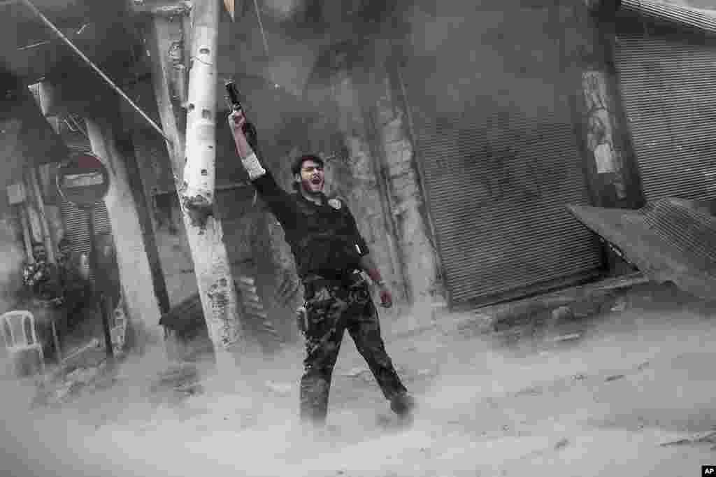 اين عکس مخالف مسلح سوری را پس از پرتاب موشک به ساختمانی که در آن نيروهای وفادار به بشار اسد، رييس جمهوری سوريه در آن مستفر بودند، نشان می دهد. حلب، سوریه، ۴ نوامبر، ۲۰۱۲.