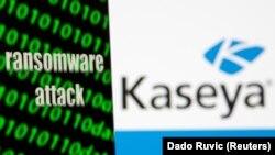 """Sebuah ponsel pintar bertuliskan """"serangan Ransomware"""" dan kode biner di depan logo Kaseya, dalam foto ilustrasi, 6 Juli 2021. (Foto: Dado Ruvic/Ilustration)"""