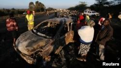 La famille des victimes et des passant regardent les dégâts de la voiture laprès l'explosion d'un camion-citerne à Naivasha,à l'ouest de Nairobi, Kenya, le 11 décembre 2016.