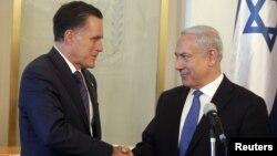 Thủ tướng Israel Benjamin Netanyahu (phải) bắt tay với ứng cử viên Tổng thống đảng Cộng hòa Mitt Romney trong cuộc họp của họ tại Jerusalem, ngày 29/7/2012
