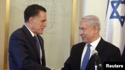 PM Israel Benjamin Netanyahu (kanan) menyambut kunjungan capres partai Republik, Mitt Romney di Yerusalem (29/7).