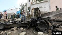 La population et les forces de sécurité sur les lieux d'une attaque à la bombe devant l'ONU à Mogadiscio en Somalie, le 19 juin 2013