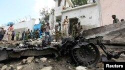 Bezbednosni agenti blizu mesta samoubilačkog napada izavn kompleksa Ujedinjenih nacija u Mogadišu