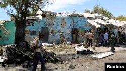 Seorang polisi berjalan di lokasi ledakan bom bunuh diri di dekat kedai teh di Mogadishu (27/2).