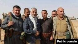 قاسم سلیمانی در میان نیروهای داوطلب عراقی در نبرد با داعش