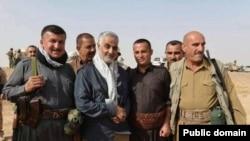 قاسم سلیمانی (دوم از چپ) در میان نیروهای عراقی - آرشیو