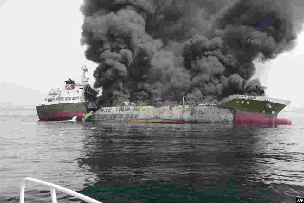일본 도쿄 서부의 효고현 해안가의 998톤 유조선에서 화재가 발생해 연기가 치솟고 있다.