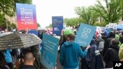 En esta foto de archivo del 22 de abril de 2017 se ven participantes de la Marcha por la Ciencia en Washington, D.C.