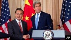 지난 2014년 존 케리 미 국무장관(오른쪽)과 왕이 중국 외교부장이 미국 워싱턴 국무부에서 회담을 가졌다. (자료사진)
