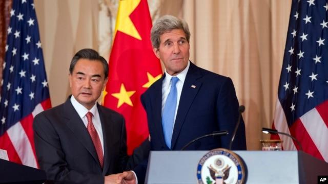 Ngoại trưởng Hoa Kỳ John Kerry bắt tay với Bộ trưởng Ngoại giao Trung Quốc Vương Nghị tại Bộ Ngoại giao Mỹ, thủ đô Washington, 1/10/2014.