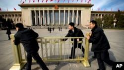 习近平表扬国家安全部门官员的地点北京大民大会堂。在中国人大会议期间,便衣警察在人大会堂外面放置栅栏(2015年4月4日)