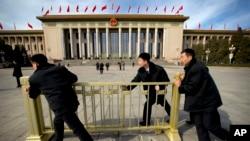 在中国人大会议期间,便衣警察在人大会堂外面放置栅栏(2015年4月4日)