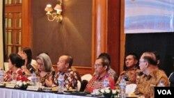 Ketua Panitia Pengarah Simposium Agus Widjojo (tengah-depan/ketiga dari kanan) berbicara dalam simposium membedah tragedi 1965, pendekatan kesejarahan di Hotel Aryaduta, Jakarta , Selasa 19/4 (VOA/Fathiyah).