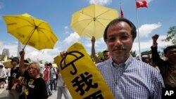 17일 홍콩 입법회 건물 주변에서 민주화 운동가들이 노란 우산을 들고 시위를 벌이고 있다.